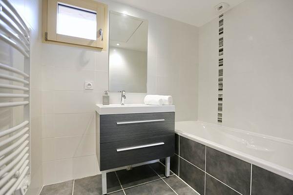 Douche ou baignoire quelle salle de bains choisir pour for Pare douche a l italienne